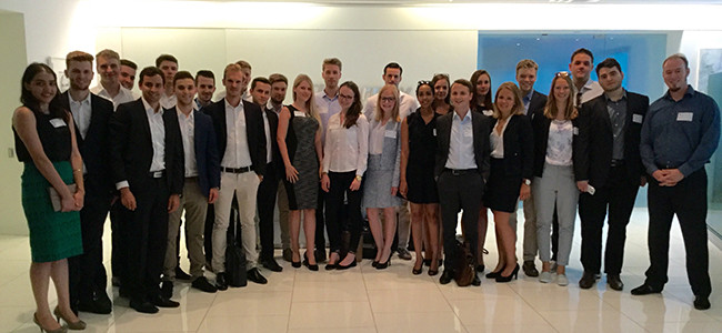 Gruppenfoto: WiSo@NYC besucht AT Kearney's New York Office
